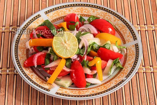 выложить овощи на тарелку