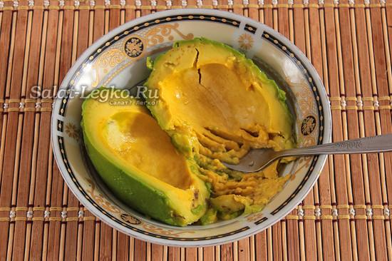 вынуть мякоть из авокадо