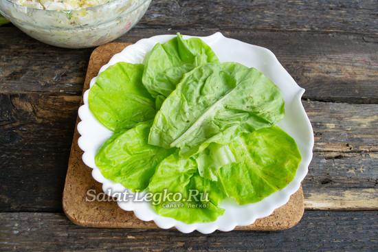 выложить листья салата на тарелку