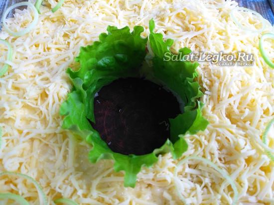 выложить листья салата