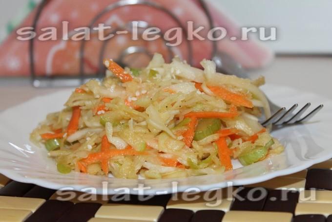 Салат из капусты с сельдереем, морковью и яблоком