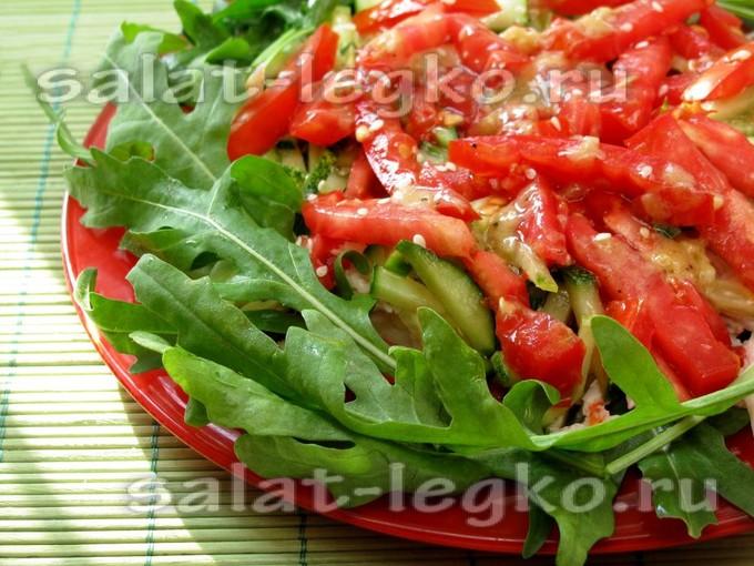 Салат с копченой куриной грудкой, огурцами и помидорами