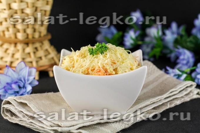 Салат с курицей, маринованными шампиньонами и сыром