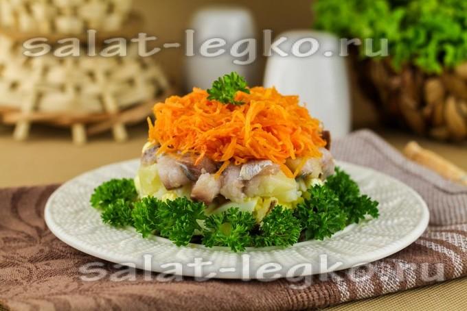 Салат «Лисья шубка» с жареными грибами и селедкой