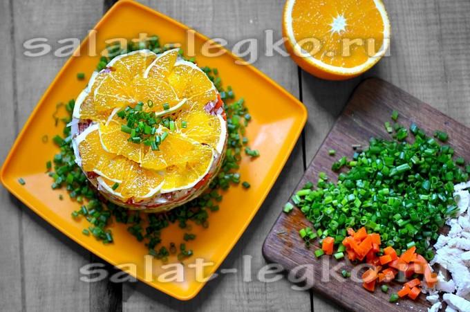 Слоеный салат с апельсином, курицей и колбасой