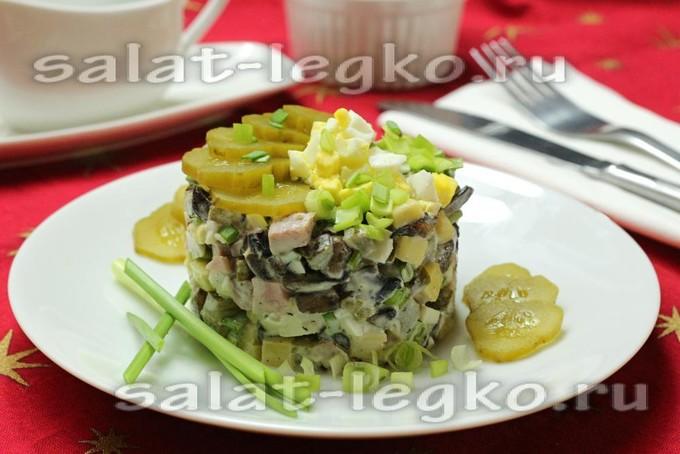 Салат с ветчиной и жареными грибами
