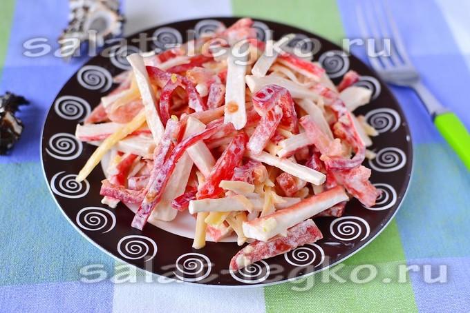 Салат «Красное море» с помидорами, крабовыми палочками и сыром