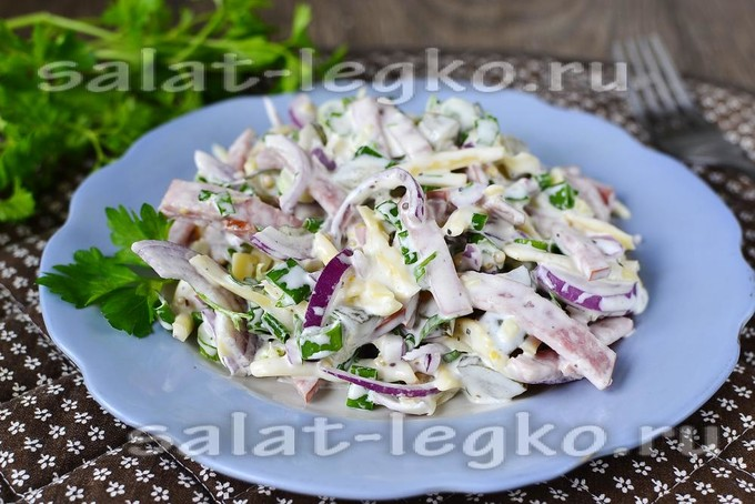 """Салат """"Закусочный"""" с сыром, огурцом и копченой колбасой"""