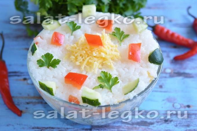 Слоеный салат из риса и сыра