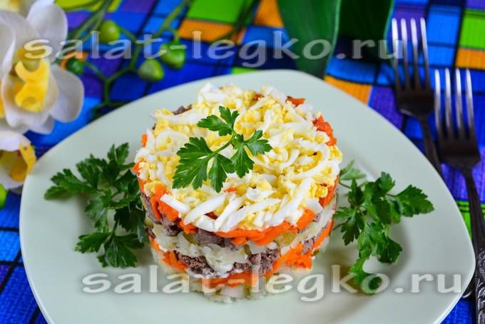 как приготовить печеночный салат слоями с огурцами