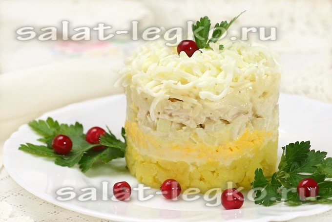 Салат слоями с курицей маринованным луком яйцом и плавленным сыром
