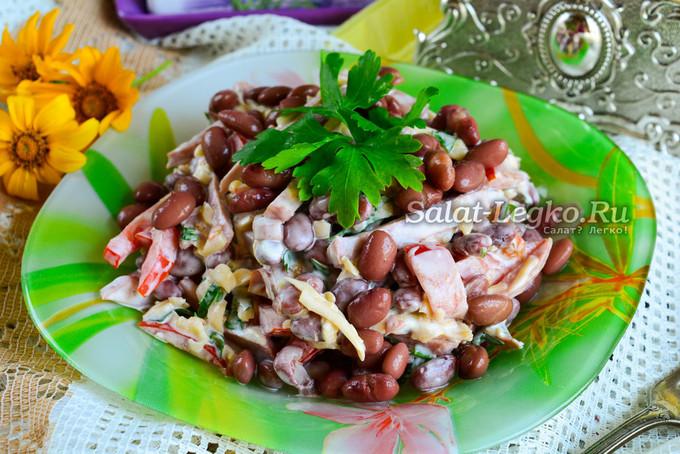 """Салат """"Обжорка"""" с фасолью и колбасой"""