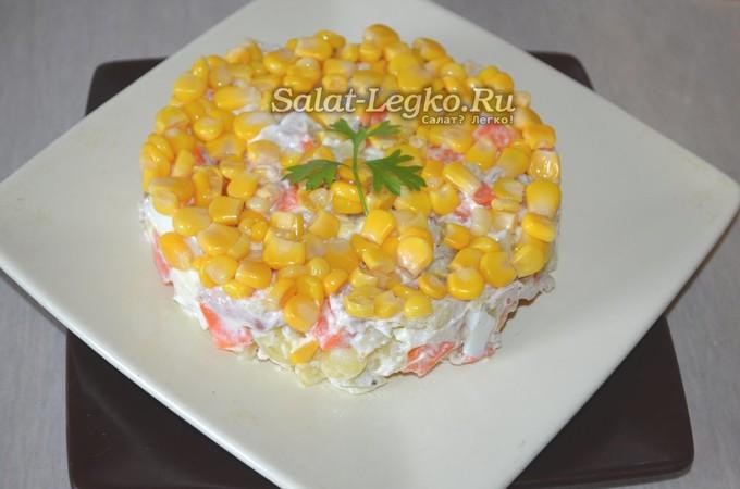 Сытный зимний салат из курицы, кукурузы и маринованных огурцов
