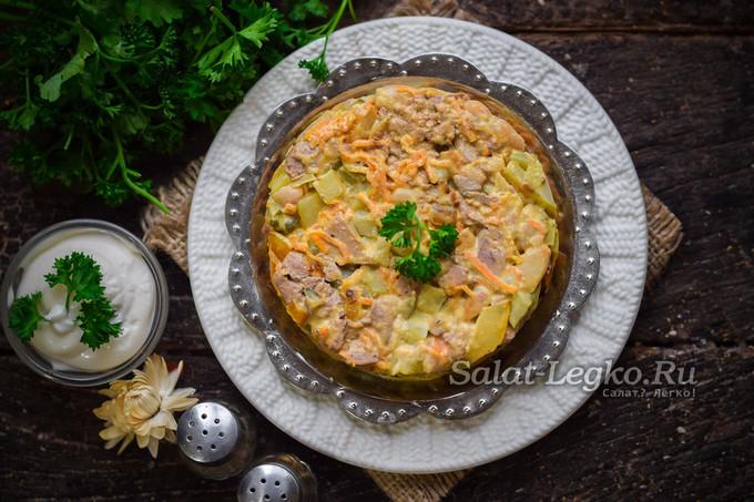 Сытный салат из куриной печени с фасолью