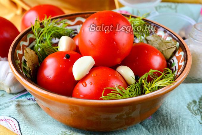 Квашенные помидоры в кастрюле с холодной водой