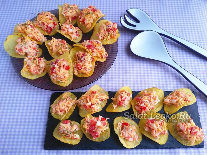 Закуска на чипсах с крабовыми палочками, помидорами, чесноком и сыром