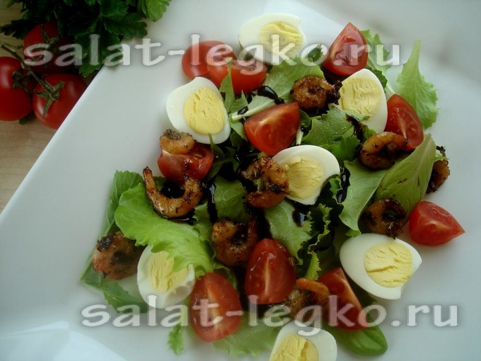 Салат с жареными креветками, перепелиными яйцами и черри